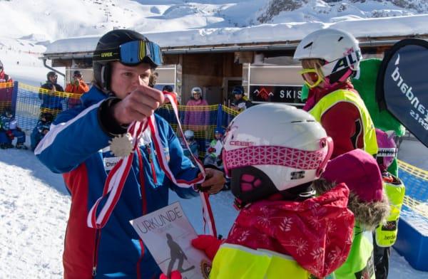 Preisverteilung beim Kinder Skirennen