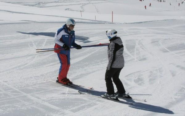 Anfänger lernt Skifahren