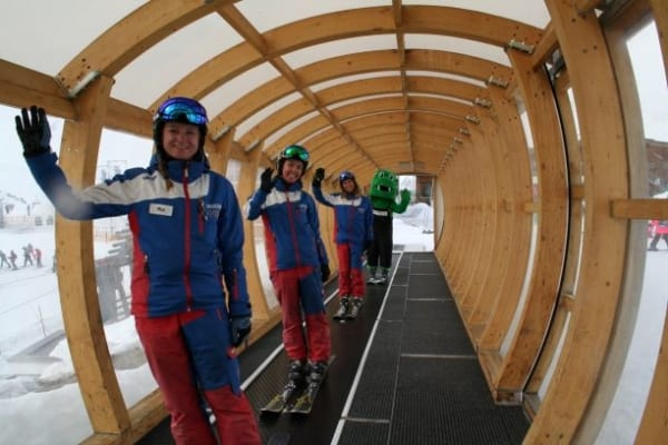 Skilehrer auf dem Förderband