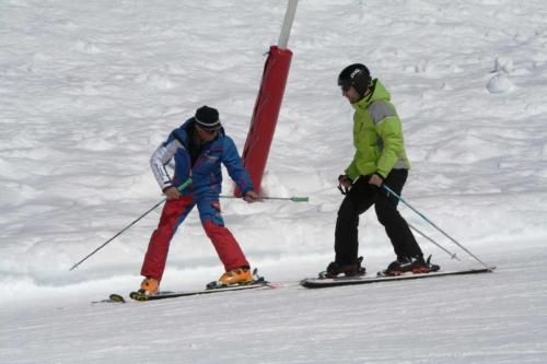 Skilehrer mit Gast