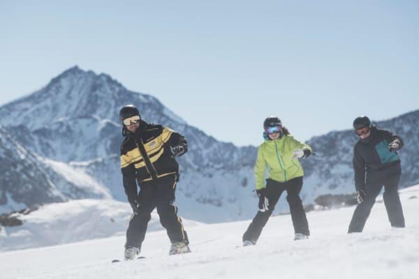 Skilehrer mit 2 Schüler