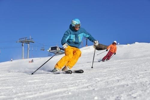 Skiguide Patty beim Privatunterricht im Skigebiet von See.